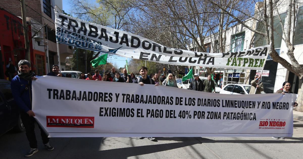 Neuquén 05-09-2016 Trabajadores de prensa de medios regionales se movilizaron este mediodía en el centro de Neuquén para reclamar el 30 por ciento de recomposición salarial para el segundo semestre del año y el pago de zona desfavorable.